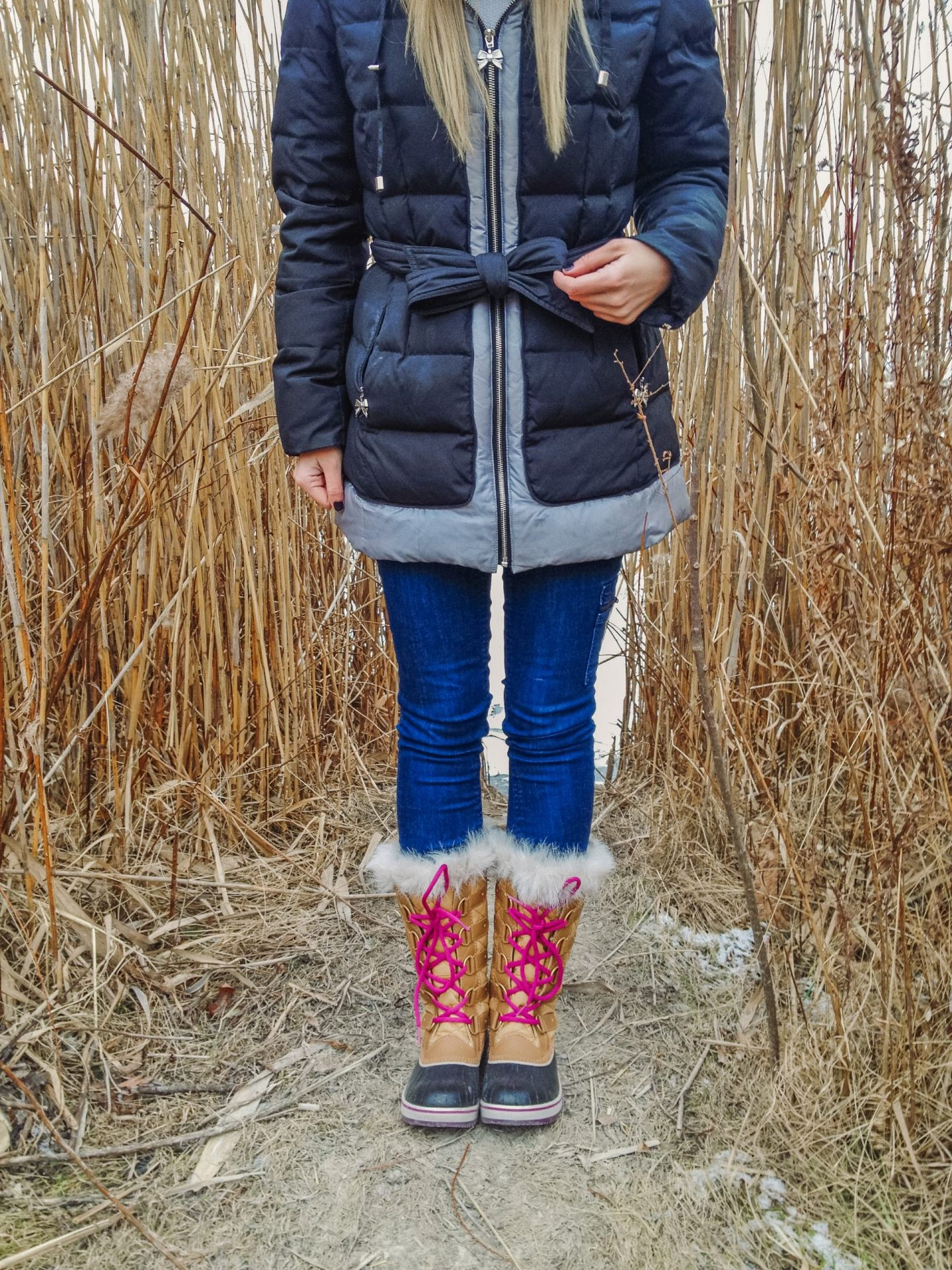 Tofino Sorel Boots with pink laces and skinny jeans