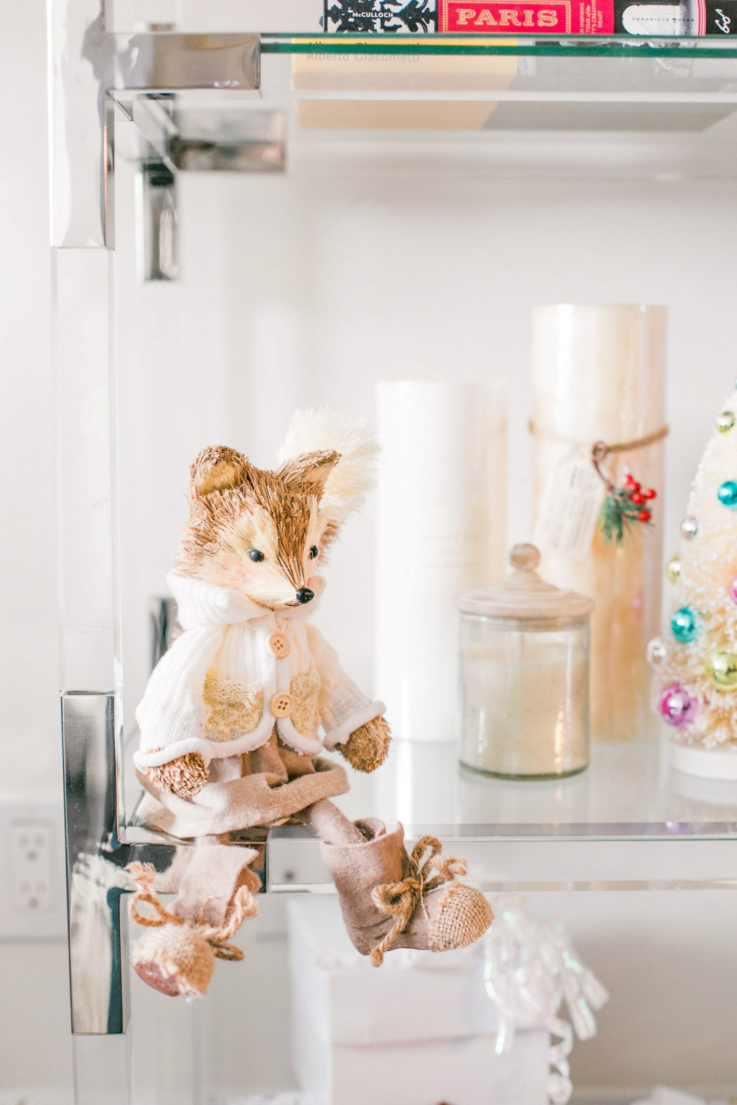 Cute Holiday Accessories for Your Bookshelf During the Holidays | Bijuleni