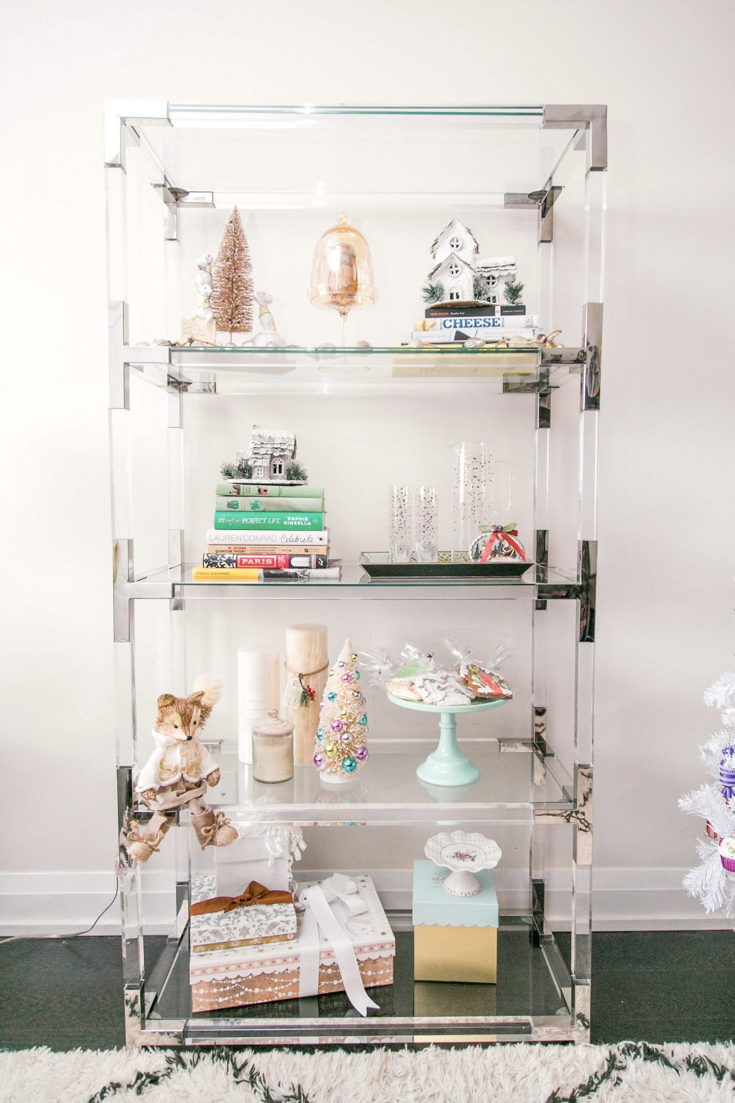 How To Style Your Bookshelf For Christmas | Bijuleni